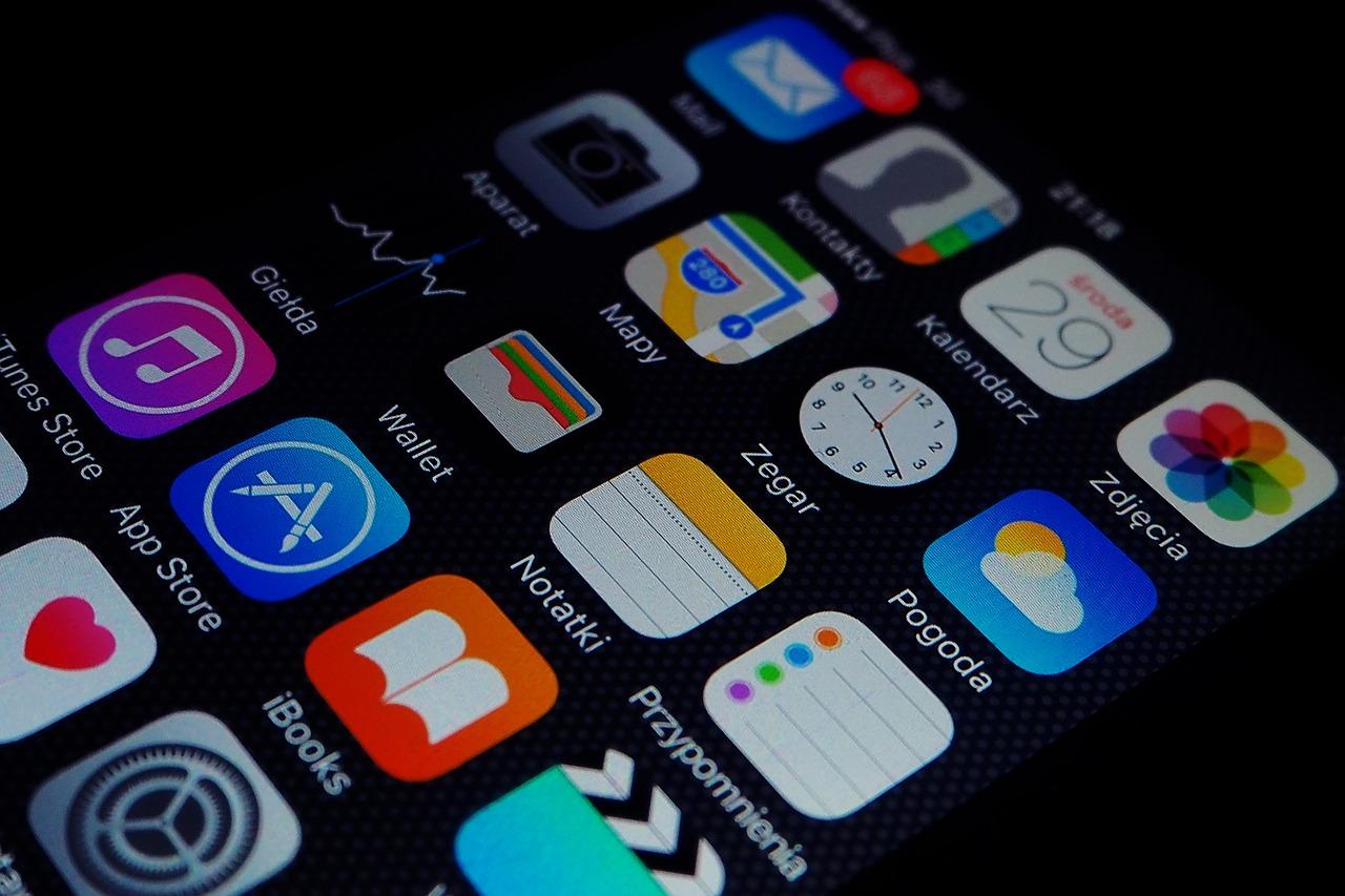 アプリのインストール。位置情報や個人情報へのアクセス許可が出たら要注意